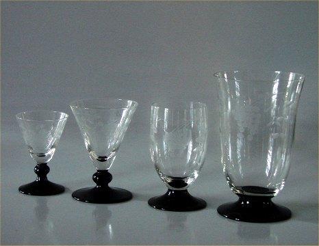 glas med sort fod og slibninger