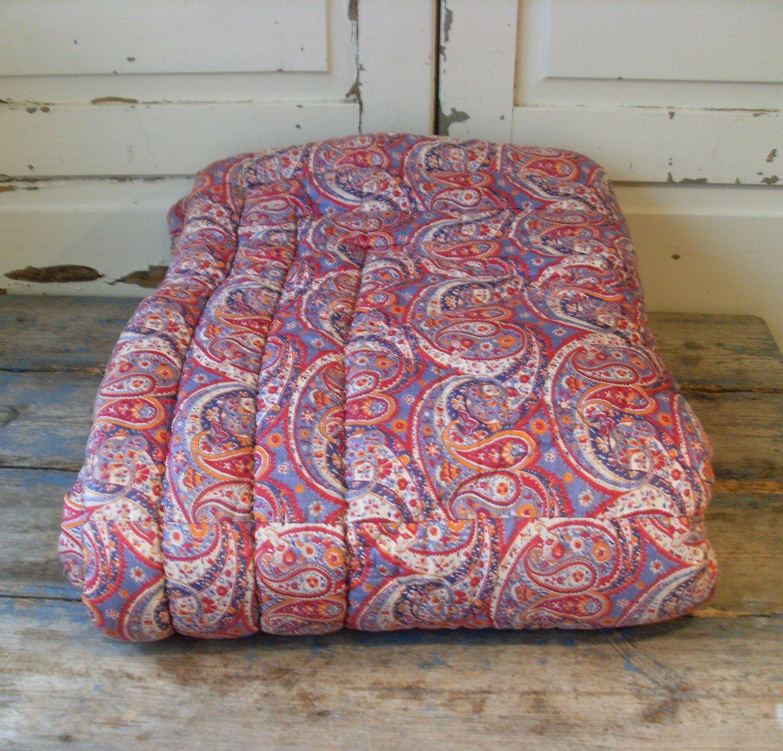vattæppe .Antikvitet.  Smukt gammelt vattæppe i fint pasley mønster vattæppe