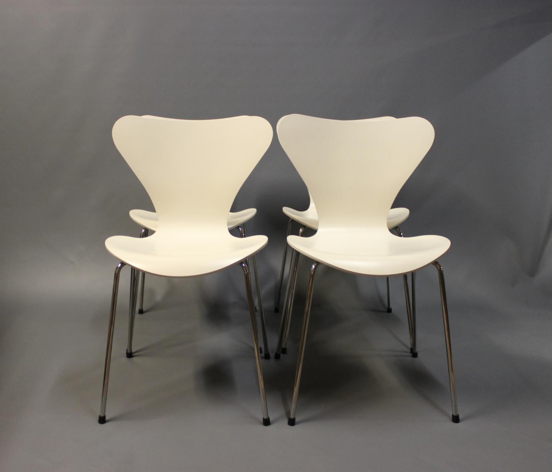 syver stole .Antikvitet.  4 creme farvede syver stole, model 3107, i  syver stole