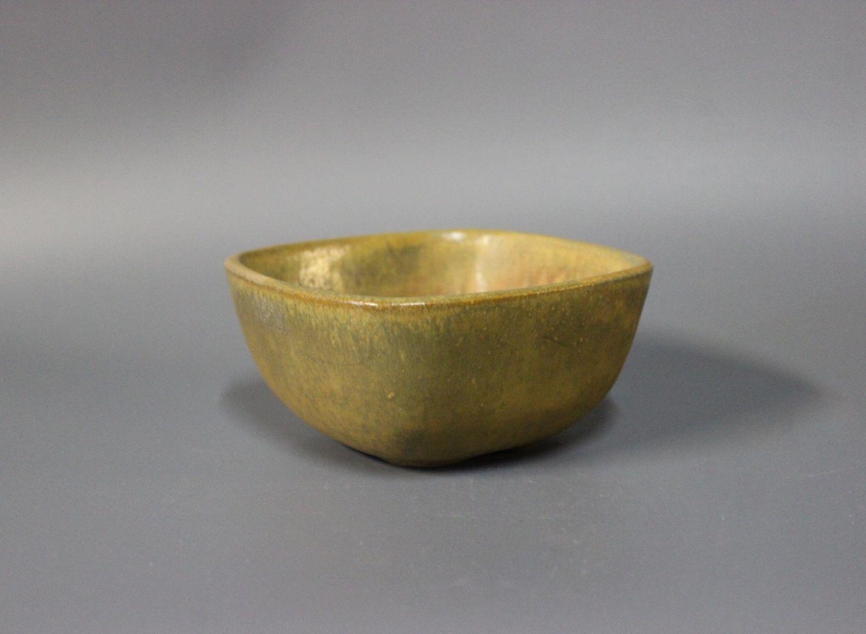 nymølle keramik .Antikvitet.  Kantet keramik skål i grønne og brunlige  nymølle keramik