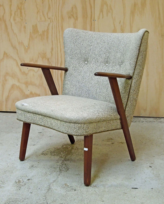 teak lænestol .Antikvitet.  Lænestol i teak med lyst betræk. teak lænestol