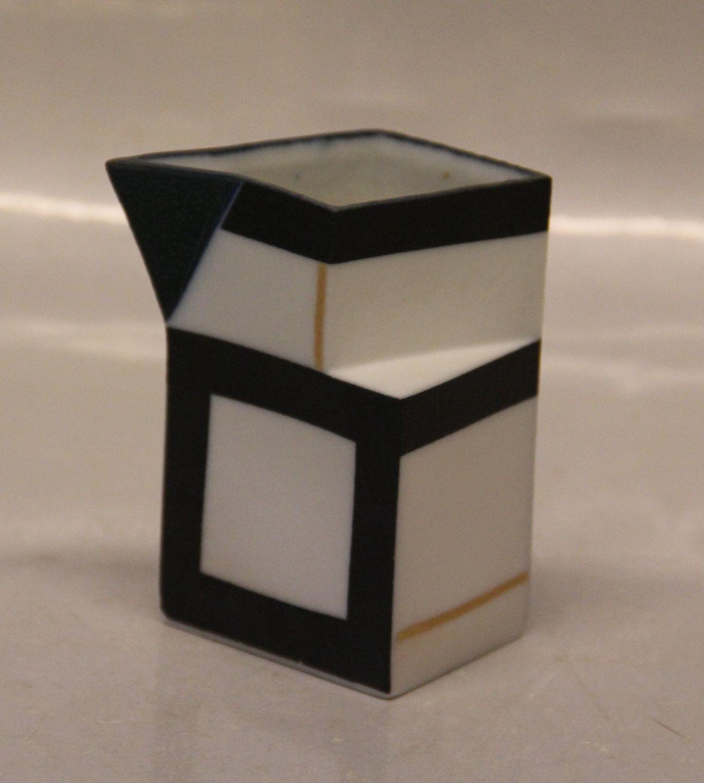 bodil manz keramik .Antikvitet.  Bodil Manz: Flødekande   guld, sort og blå  bodil manz keramik