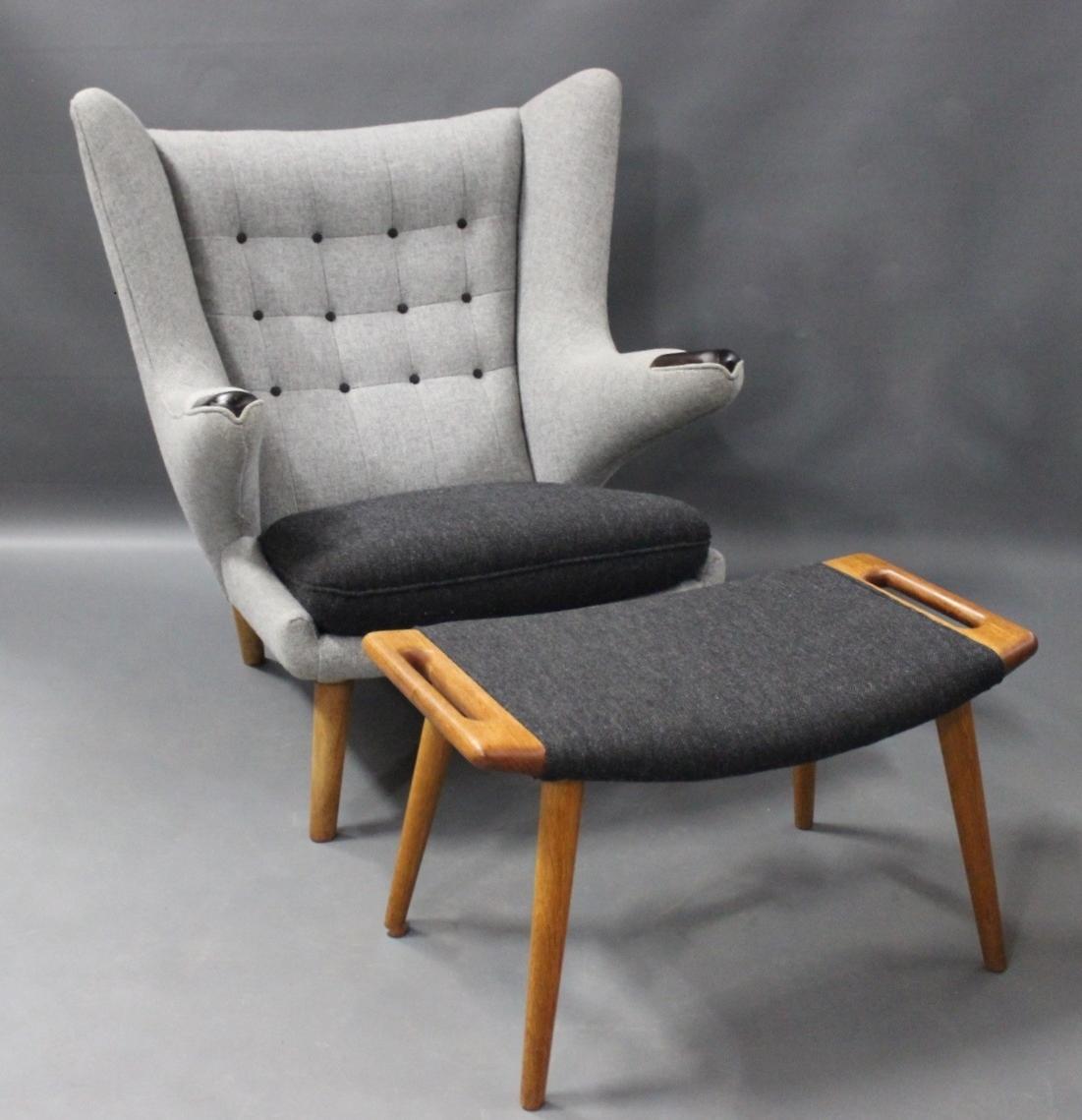 bamsestol .Antikvitet.  Bamsestol, Model AP 19, samt skammel, model  bamsestol
