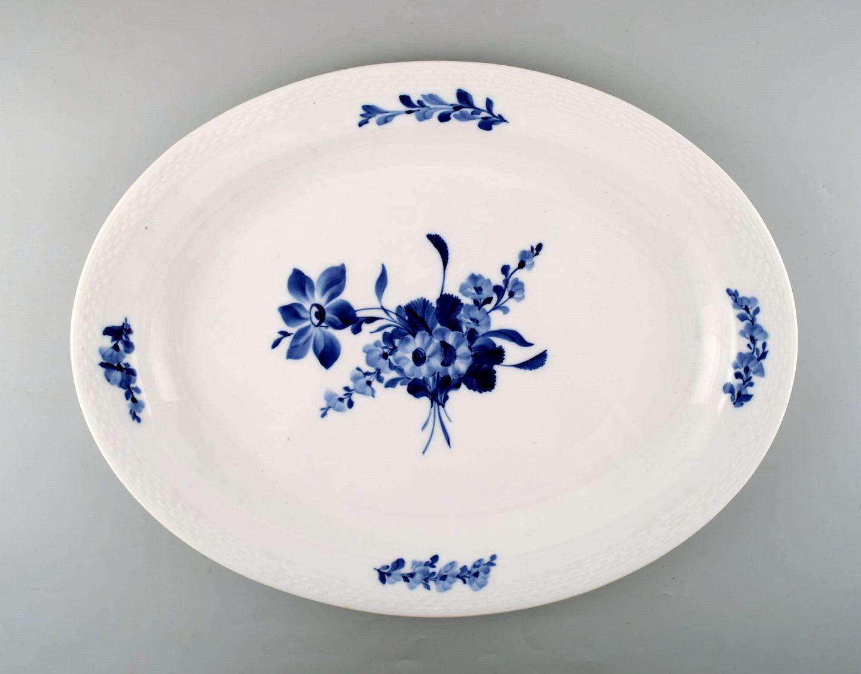 5edb96daf484 Kgl. Blå blomst flettet Kongelig porcelæn. Royal Copenhagen Blå blomst  flettet. Stort serveringsfad nr. 10 8019.