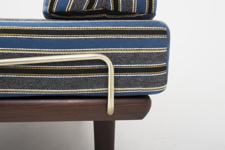 getama daybed i teak m vanger i messing og hynder i bl t stribet stof 1. Black Bedroom Furniture Sets. Home Design Ideas