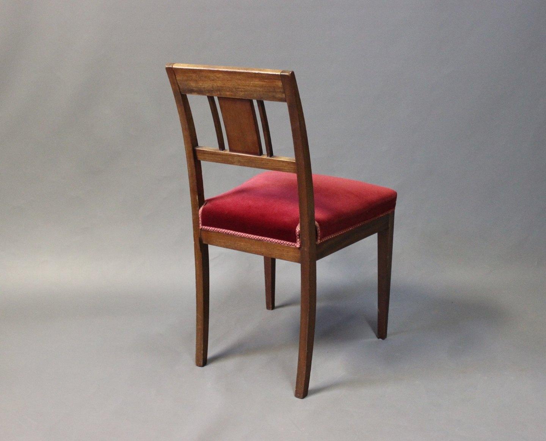 Antik stol i mahogni med rødt polstret sæde fra 1910 i stilen sen Empire. 5000m2 udstilling.