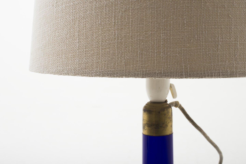 holmegaard bordlampe i bl lilla glas og ny sk rm 1 stk p lager p n stand. Black Bedroom Furniture Sets. Home Design Ideas